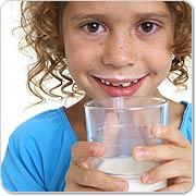 Melk drinkend meisje